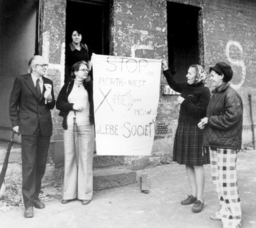 Jeanette Knox, holding one corner of the Glebe Society anti-expressway banner, is second from the left. With her, from left to right, are Bernard Smith, Joy Wallace (behind), Kate Smith, Jan Potter, 1972 (Image: Sydney Morning Herald, reproduced in Meredith and Verity Burgmann, Green Bans Red Union: The Saving of a City, 2nd edition, 2017).