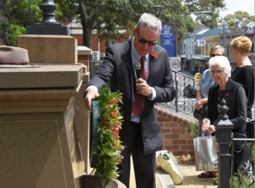 Glebe Society President, Allan Hogan, laying a wreath for Remembrance Day 11 November, at the Diggers Memorial, Foley Park Glebe (image: Phil Young)